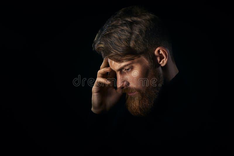 Le jeune homme barbu bel avec la barbe et la coupe de cheveux élégante pensent image libre de droits