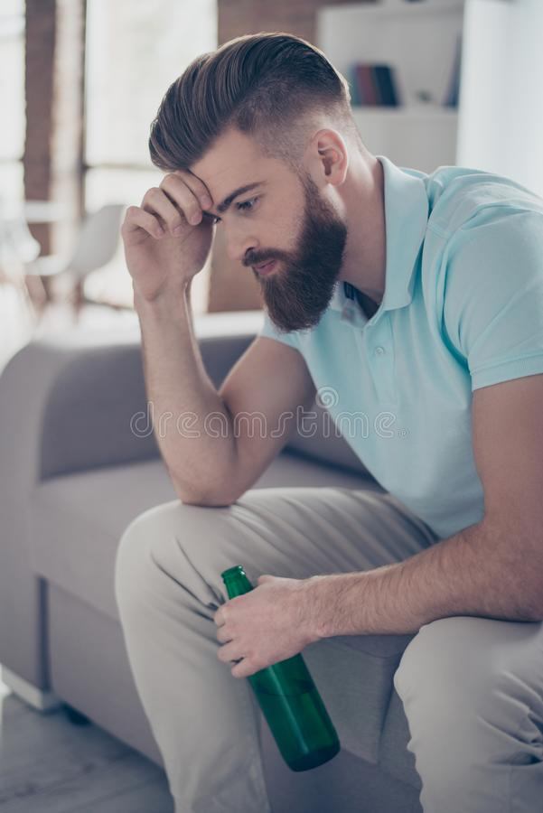 Le jeune homme barbu frustrant tient sa tête, il est bouleversé soit images stock