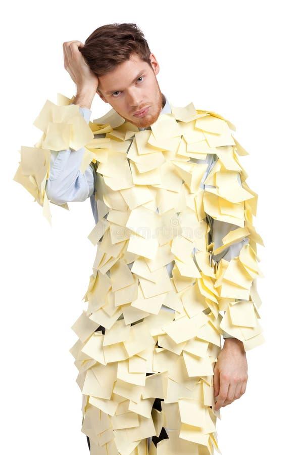 Le jeune homme couvert de notes collantes jaunes photos libres de droits