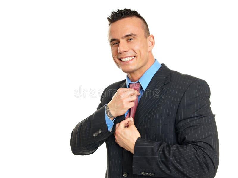Le jeune homme d'affaires ajuste un lien photo stock
