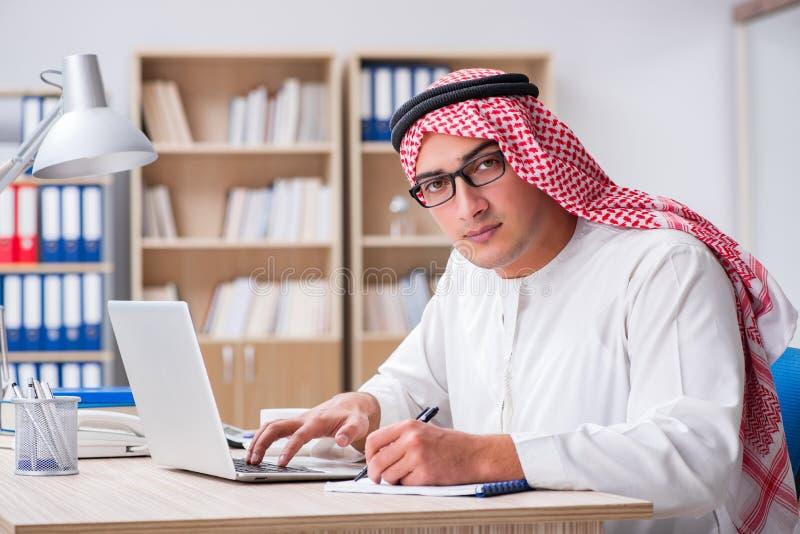 Le jeune homme d'affaires arabe dans le concept d'affaires photo stock