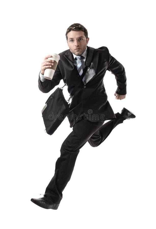 Le jeune homme d'affaires attirant avec emportent le café fonctionnant tard pour travailler dans l'effort photos libres de droits