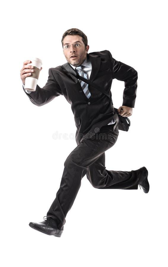 Le jeune homme d'affaires attirant avec emportent le café fonctionnant tard pour travailler dans l'effort images libres de droits