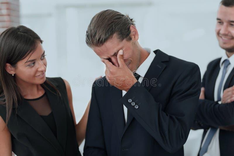 Le jeune homme d'affaires avec des larmes de joie et ses affaires team image stock