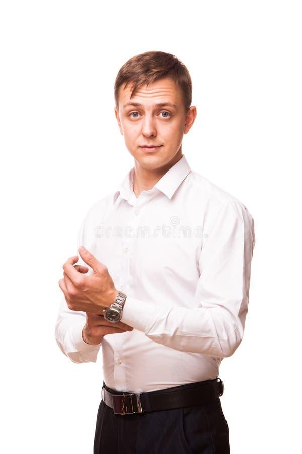 Le jeune homme d'affaires bel dans la chemise blanche se tient droit et regarde l'appareil-photo, portrait d'isolement sur le bla image stock