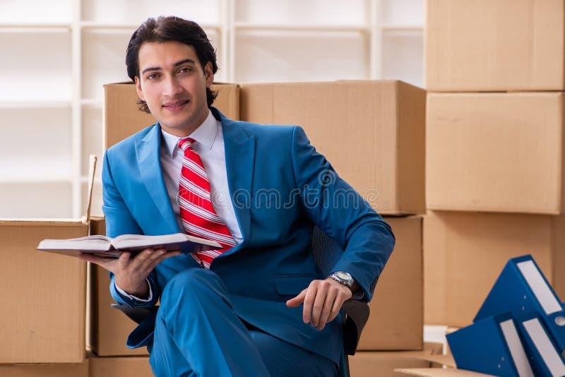 Le jeune homme d'affaires bel se d?pla?ant au nouveau lieu de travail photographie stock