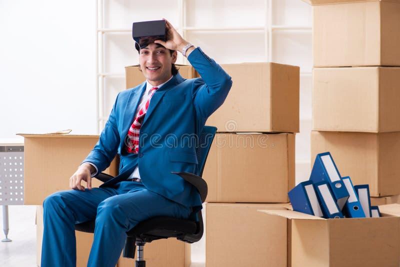 Le jeune homme d'affaires bel se d?pla?ant au nouveau lieu de travail photo libre de droits