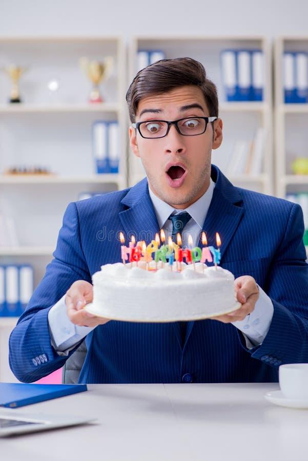 Le jeune homme d'affaires célébrant seul l'anniversaire dans le bureau photos stock