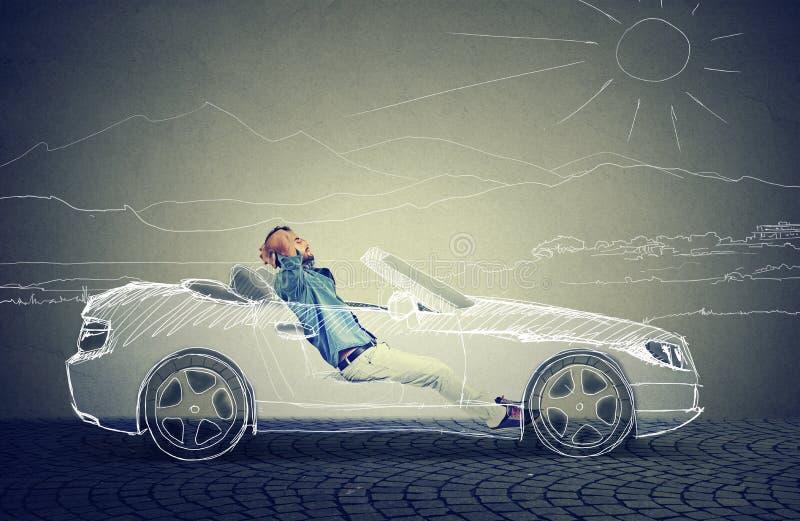 Le jeune homme d'affaires détend dans sa voiture driverless images libres de droits