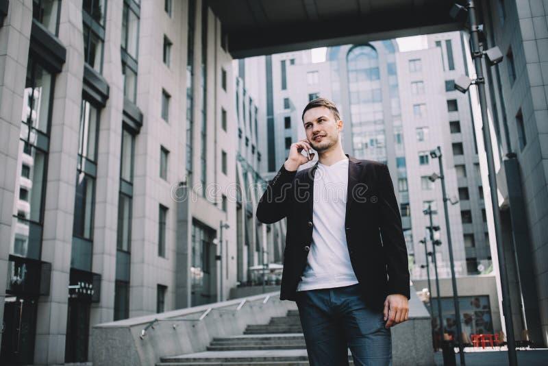 Le jeune homme d'affaires dans une ville images stock