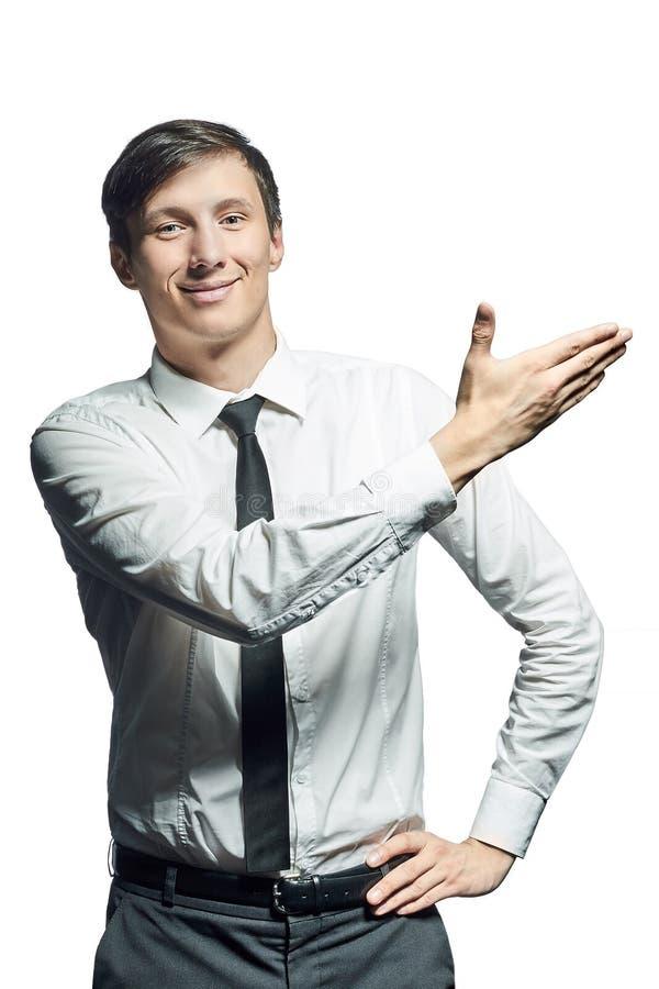 Le jeune homme d'affaires de sourire montre quelque chose photo libre de droits