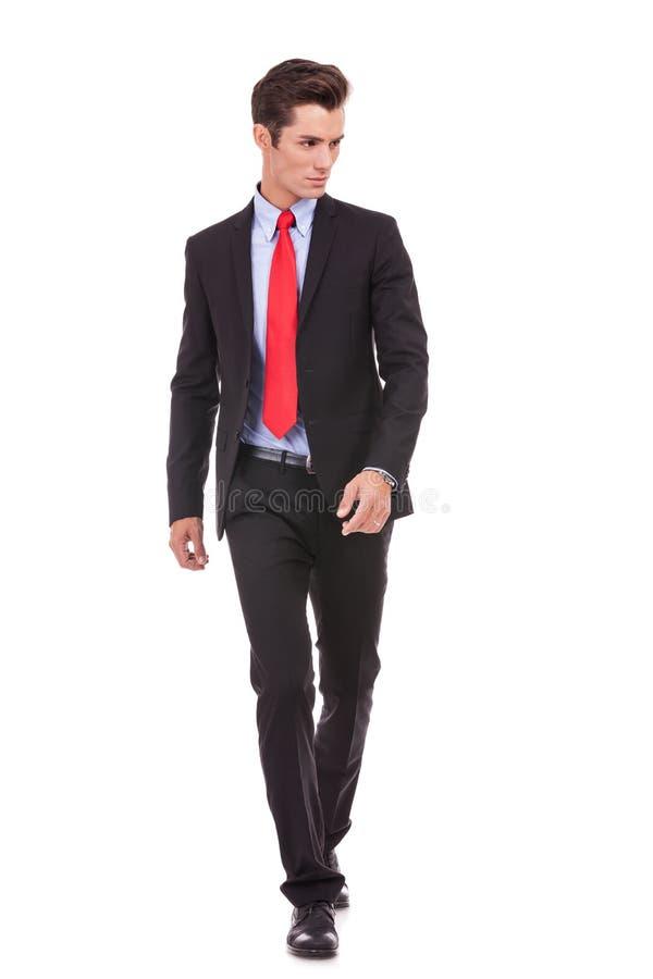 Le jeune homme d'affaires marche image stock
