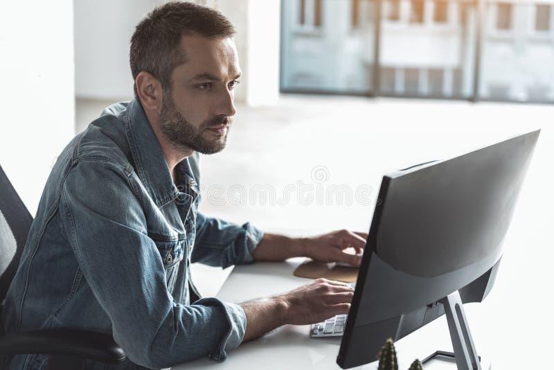 Le jeune homme d'affaires professionnel travaille avec la concentration images stock