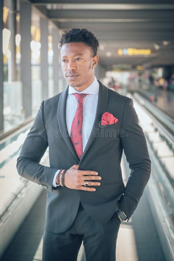 Le jeune homme d'affaires se lève en dehors de l'aéroport regardant le Th images libres de droits