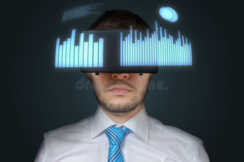 Le jeune homme d'affaires utilise le casque de la réalité virtuelle 3D images libres de droits