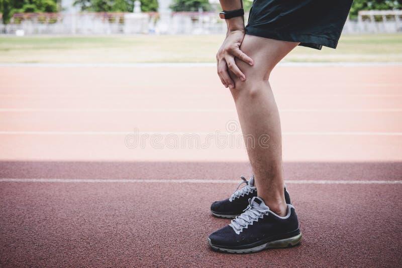Le jeune homme d'athlète de forme physique ont un repos pendant et fatigué sur la voie de route, concept de bien-être de séance d photo stock