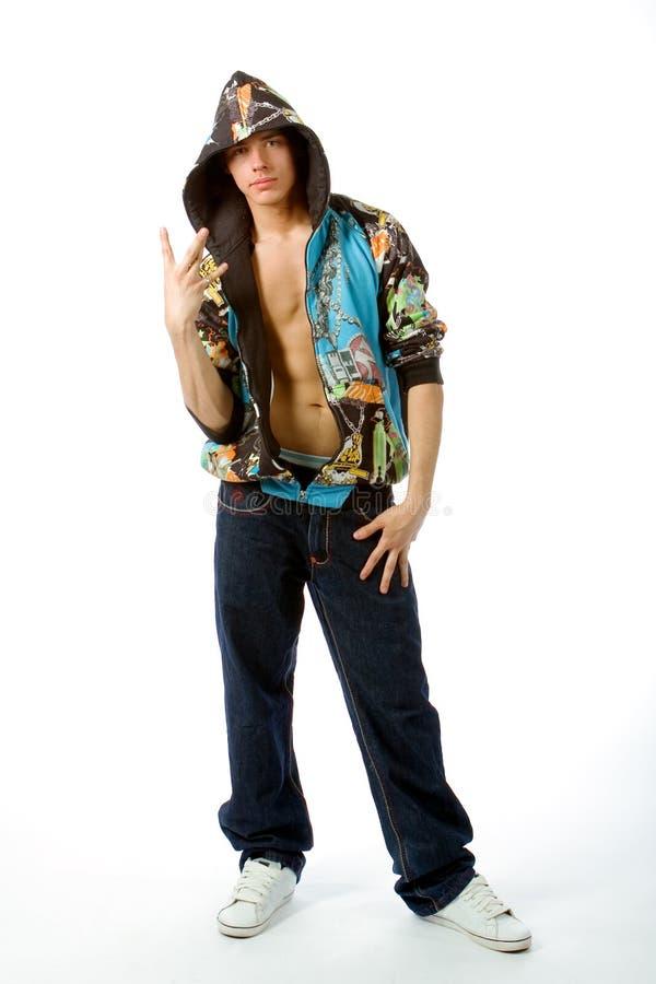 Le jeune homme dans des vêtements de frappeur images stock