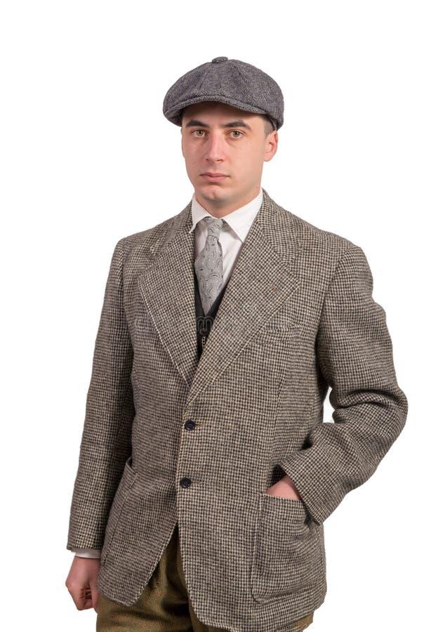 Le jeune homme dans le vintage vêtx avec le chapeau, le style 1940 photos libres de droits