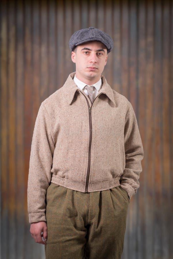 Le jeune homme dans le vintage vêtx avec le chapeau, le style 1940 photographie stock