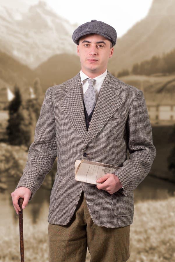 Le jeune homme dans le vintage vêtx avec le chapeau, le style 1940 photo stock