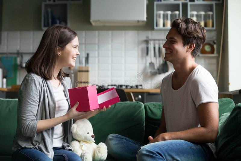 Le jeune homme a donné à la fille aimée un cadeau photos libres de droits