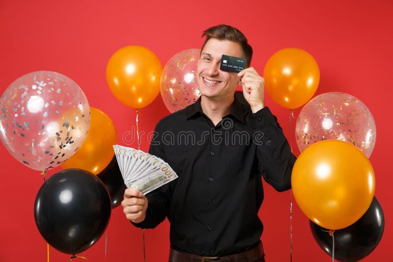 Le jeune homme drôle dans un bon nombre classiques noirs de paquet de prise de chemise de dollars encaissent l'oeil de bâche d'ar photographie stock libre de droits