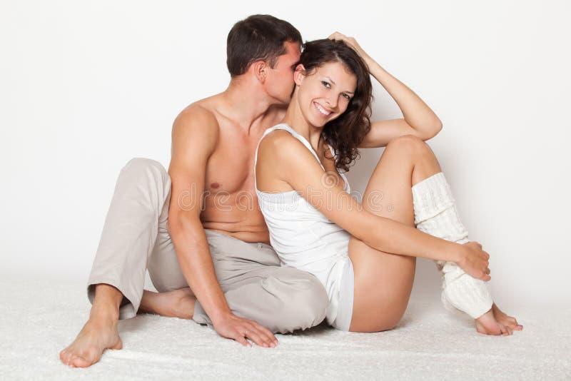 Le jeune homme embrassent tendrement le femme images libres de droits