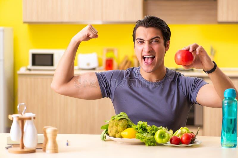 Le jeune homme en suivant un régime et le concept sain de consommation photos stock