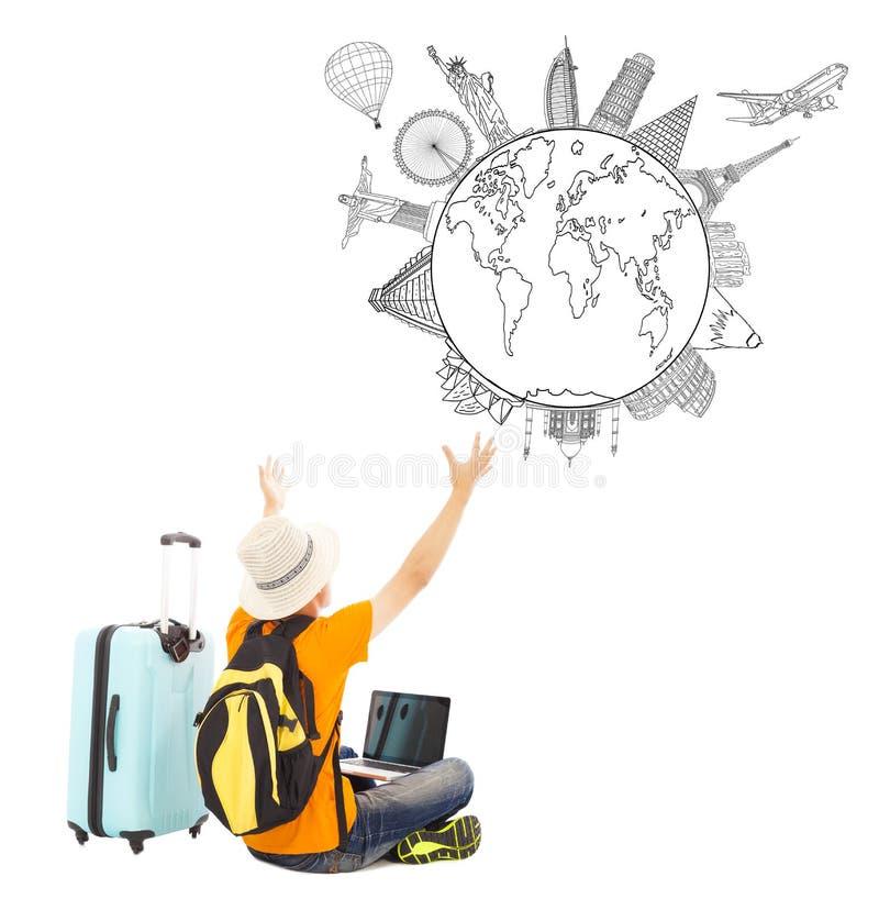 Le jeune homme est heureux à observer son plan de voyage global photo stock