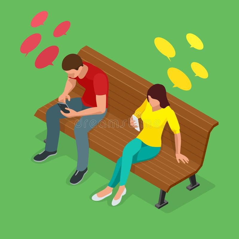 Le jeune homme et la femme s'asseyant sur le banc et envoient SMS Communication par l'intermédiaire de l'Internet, message textue illustration libre de droits