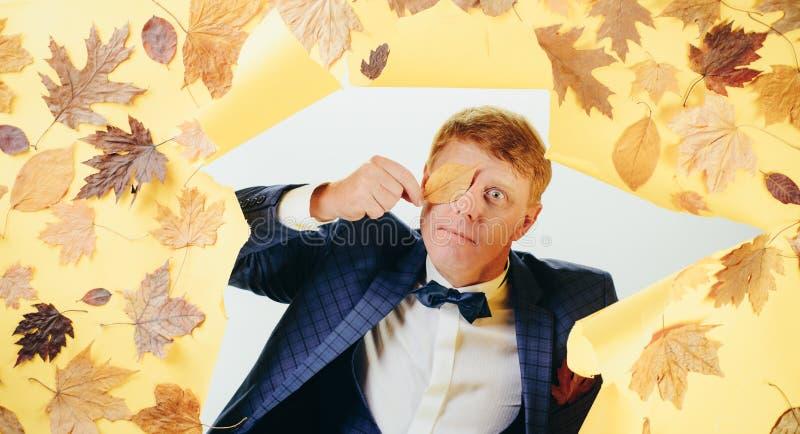 Le jeune homme heureux se préparent au jour ensoleillé d'automne Homme de mode Étonnez l'homme de tête de lecture jouant avec des images libres de droits