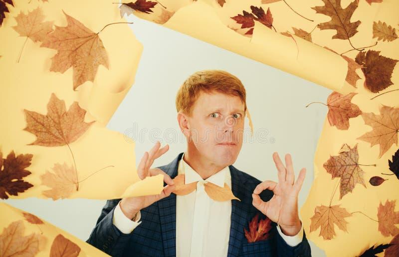 Le jeune homme heureux se préparent au jour ensoleillé d'automne Homme de mode Étonnez l'homme de tête de lecture jouant avec des photo libre de droits
