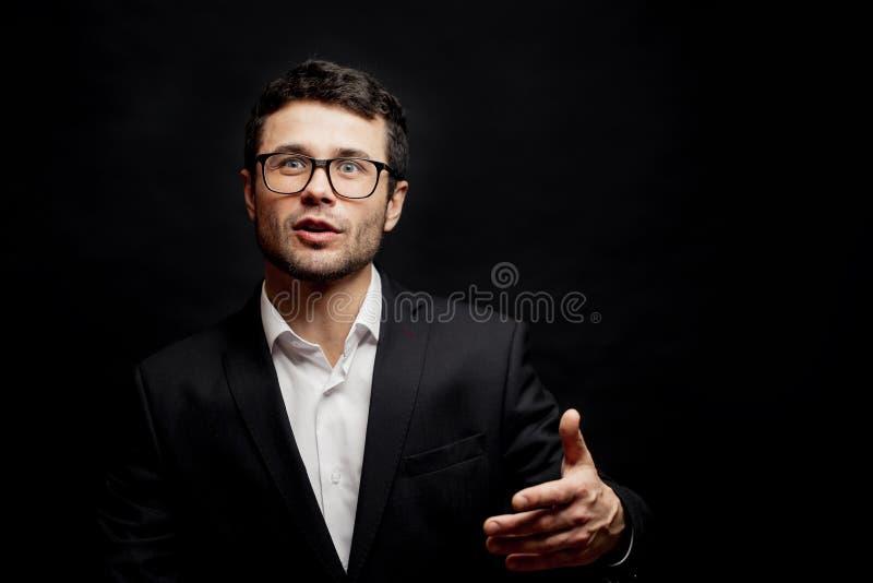 Le jeune homme intelligent discute logiquement homme mignon avec un sujet de discussion puissant image stock