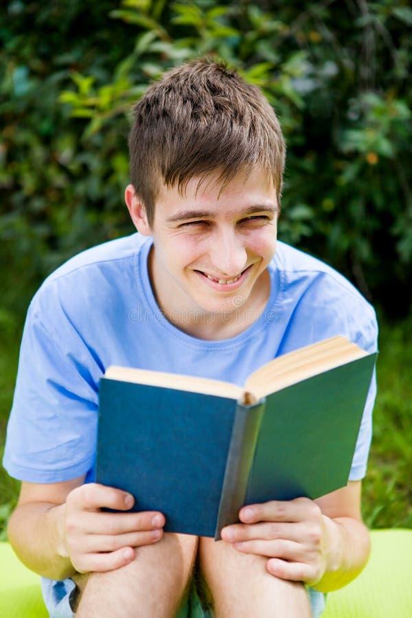 Le jeune homme a lu un livre image stock