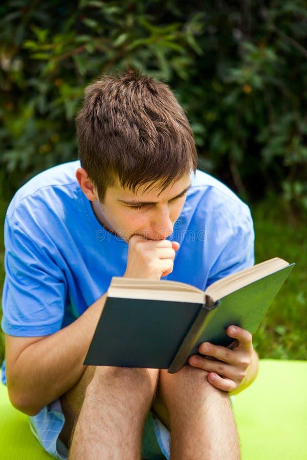 Le jeune homme a lu un livre photo libre de droits
