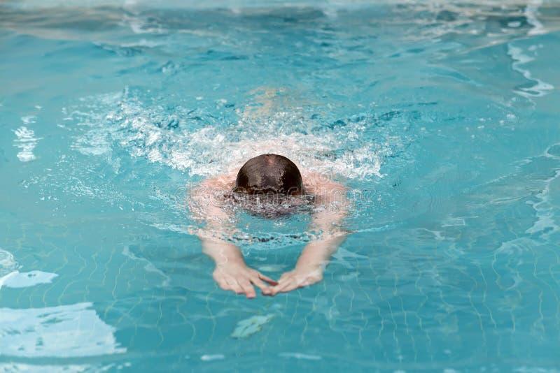 Le jeune homme nage le style de sports photos stock