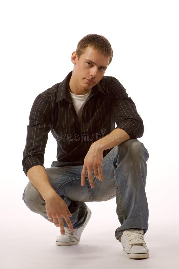 Le jeune homme posant dans le studio photo libre de droits