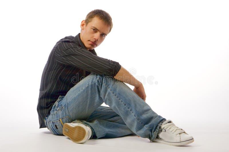 Le jeune homme posant dans le studio photographie stock libre de droits