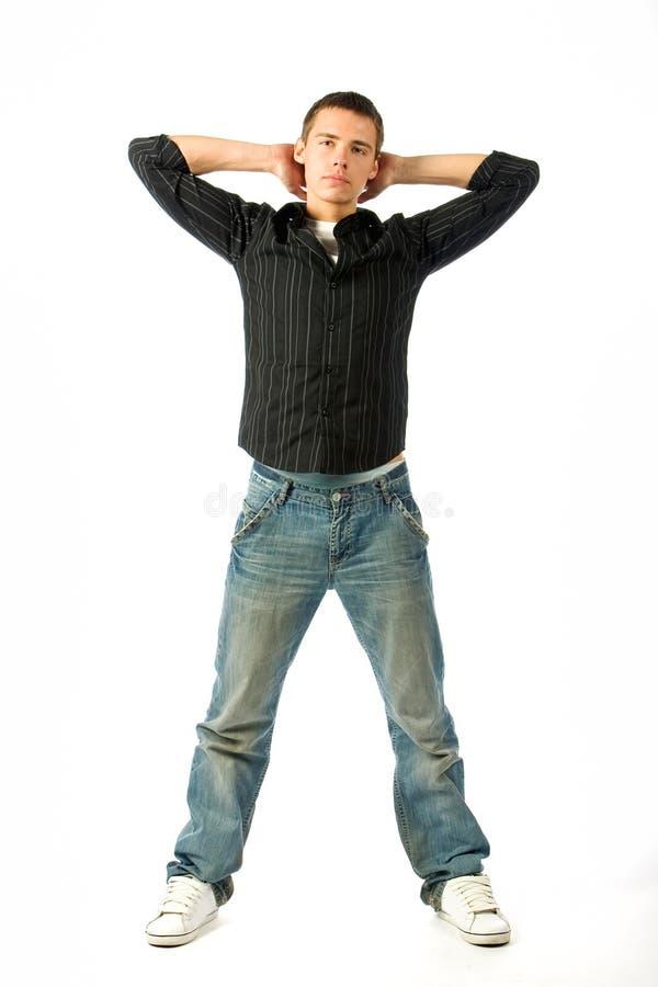 Le jeune homme posant dans le studio images stock