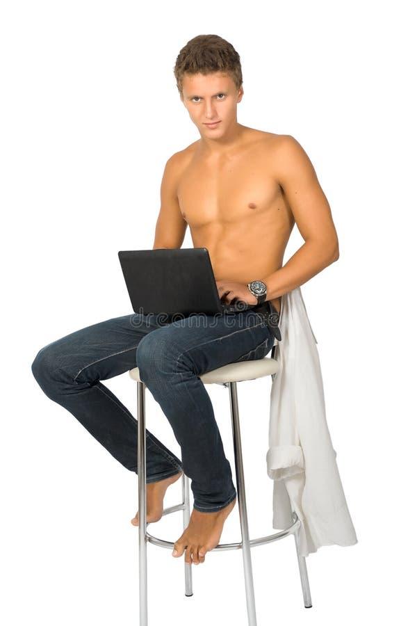 Le jeune homme réussi travaille sur l'ordinateur portatif. images libres de droits