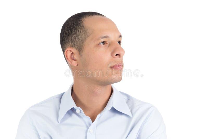 Le jeune homme regarde au côté Visage de profil il est latin Isolant photographie stock