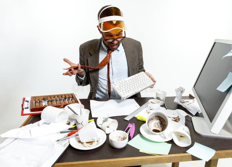 Le jeune homme a renversé le café sur le clavier photo libre de droits
