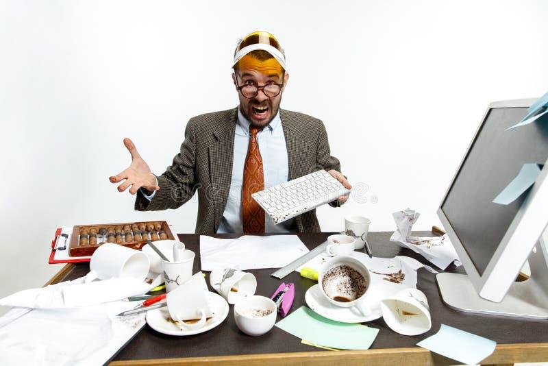 Le jeune homme a renversé le café sur le clavier images libres de droits