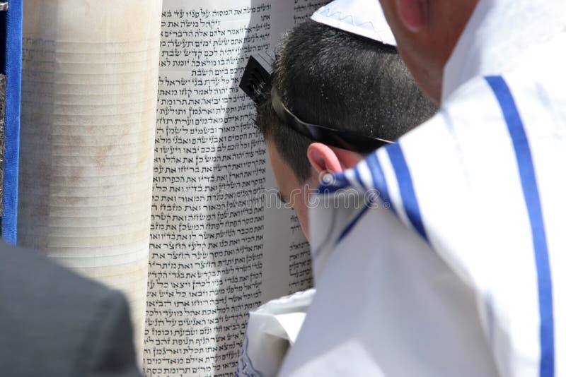 Le jeune homme s'affiche du Torah au mur occidental photographie stock