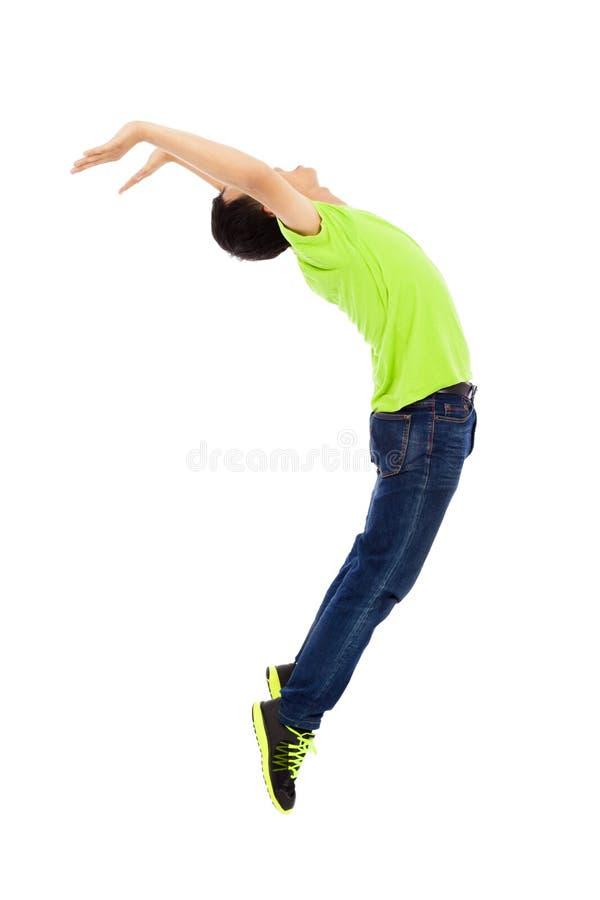 Le jeune homme sautant et pliant son corps photos stock