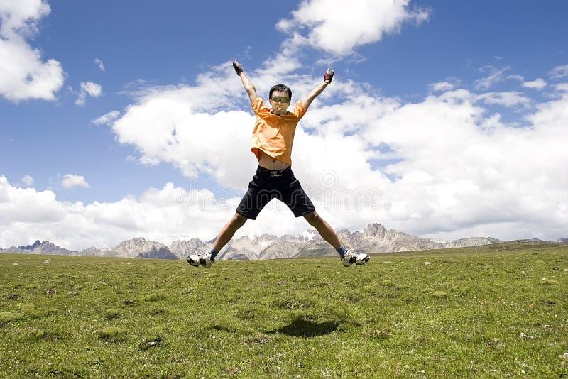 Le jeune homme saute haut photographie stock libre de droits