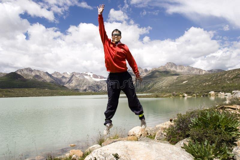 Le jeune homme saute haut images libres de droits
