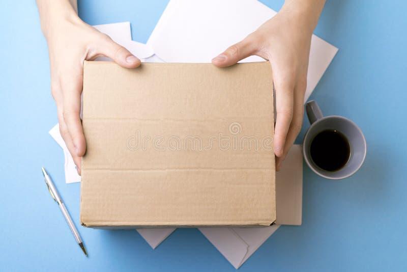 Le jeune homme signe les lettres et les colis Le concept de la prestation de service, le bureau de poste photographie stock libre de droits