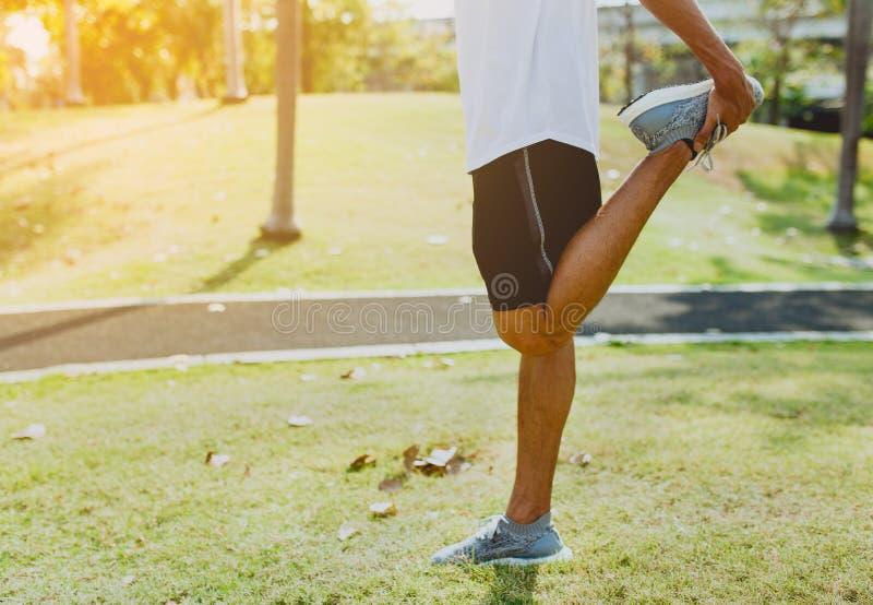 Le jeune homme sportif faisant le sport s'exerce au parc public, le concept d'un mode de vie sain images stock