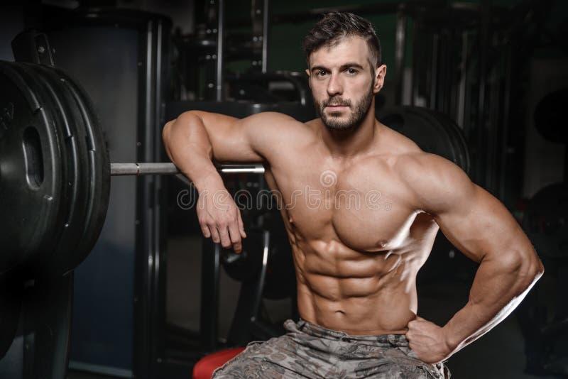 Le jeune homme sportif fort et beau muscles l'ABS et le biceps photo stock